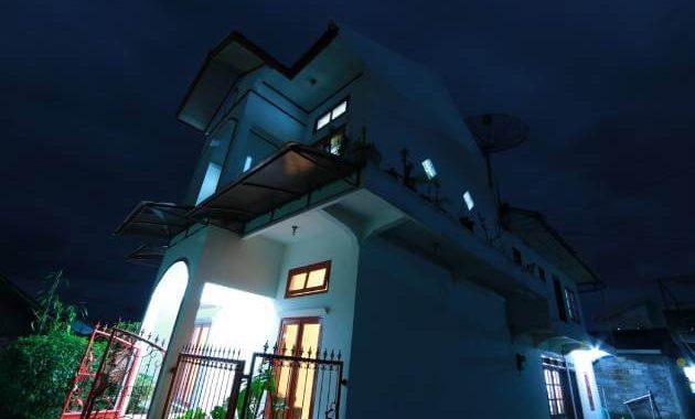 Gambar bangunan HS Homestay, diambil malam hari.