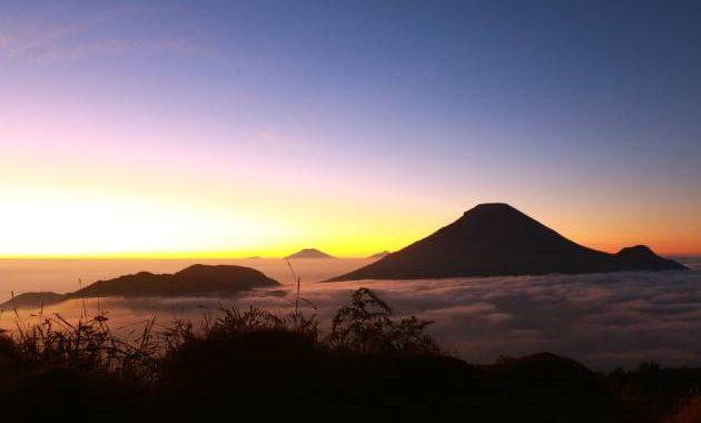 Untuk melihat sunrise di Sikunir, berangkat dari Risa Homestay rekomendsai jam 03.00 pagi