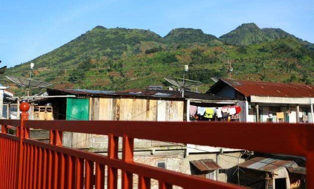 Bukit Sikunir (tengah) bisa dilihat dari HS Homestay, sebelah kanan adalah Gunung Pakuwojo dan Kiri Gunung Bismo