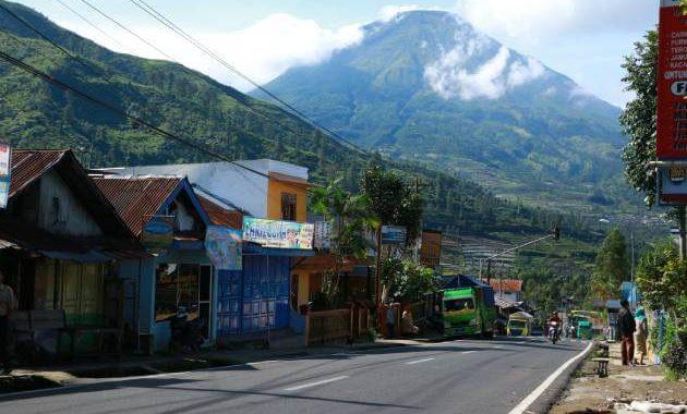 Hs Homestay lokasinya di area pemukiman penduduk, dari jalan raya utama perlu melewati jalan setapak / gang sejauh 15 meter.