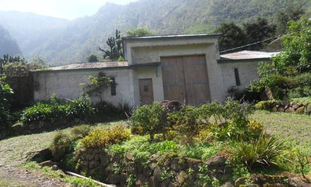 Jika dari jalur Mlandi, Anda akan menjumpai bangunan villa kuno sebelum Air Terjun Sikarim. Tepatnya berada disebelah kanan jalan