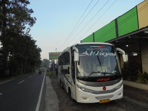 Apakah bus pariwisata besar bisa naik sampai ke Dieng?