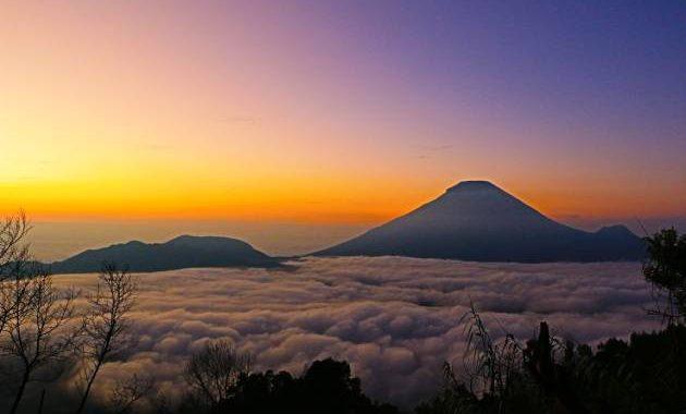 Gambar Sunrise di Bukit Sikunir dengan lautan awan