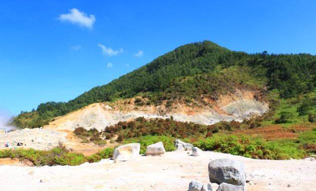 Di area Kawah Sikidang terdapat pula pemandangan yang jarang sekali ditemukan di daerah lain yaitu area kawah berwarna putih berlatar belakang pegunungan hijau