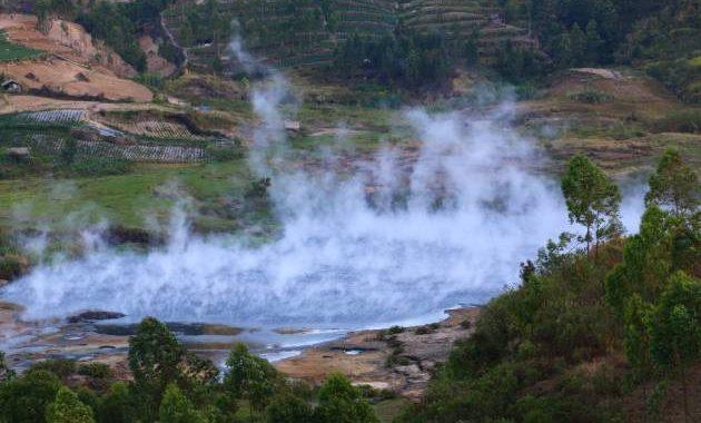 Lava cair yang ada di Kawah Sileri memiliki warna putih keruh yaitu mirip seperti air cucian beras