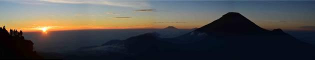Detik-detik matahari terbit dari puncak Sikunir